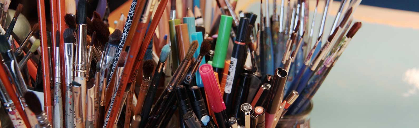 Pinceaux et stylos, peinture et dessin